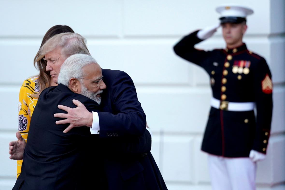 Americký prezident v objetí s indickým premiérem