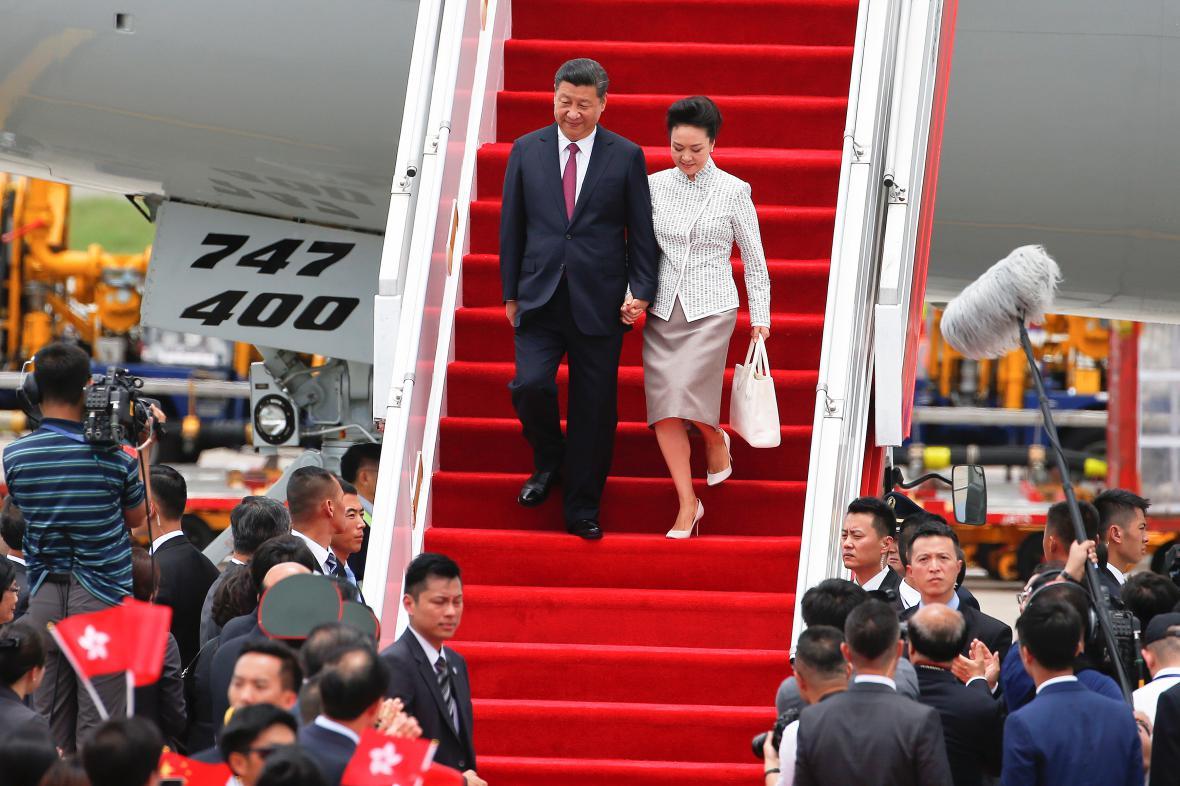 Čínský prezident s manželkou přiletěli na hongkongské oslavy
