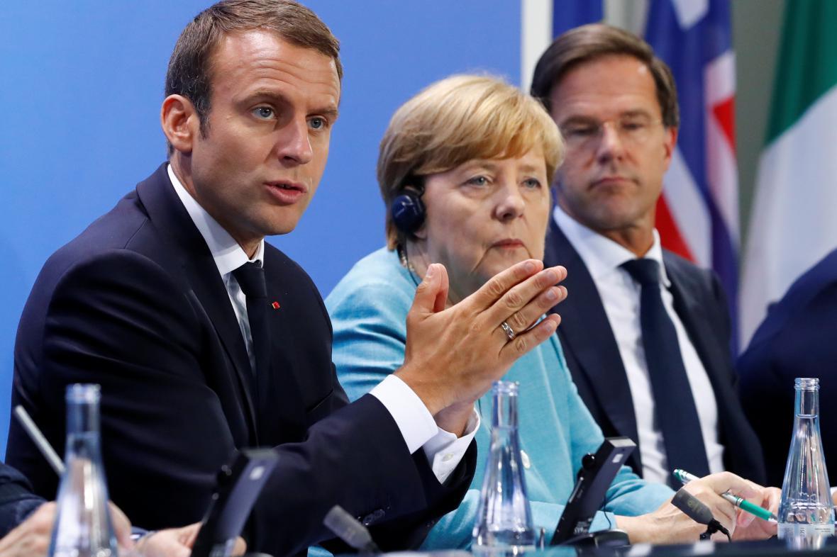 Macron, Merkelová a Rutte během tiskové konference před summitem G20