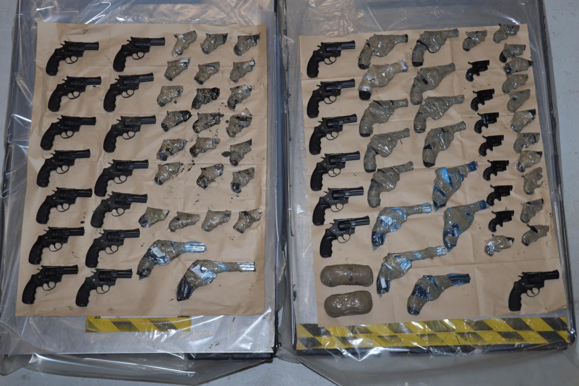 Zbraně zabavené na francouzské straně kanálu La Manche