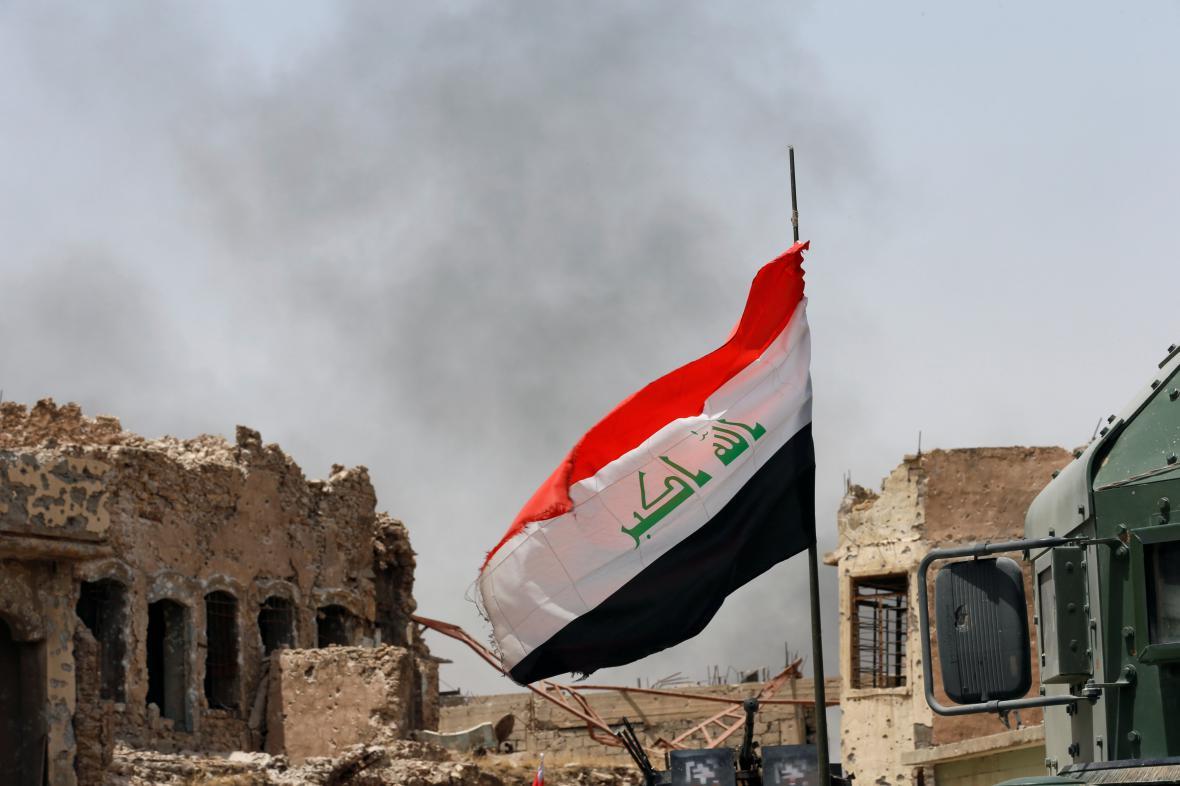 Irácká vlajka v dobyté části Mosulu