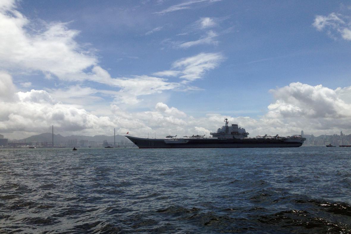Letadlová loď Liao-ning připlouvá do Hongkongu