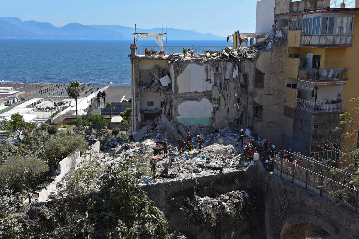 V troskách domu nedaleko Neapole zemřelo osm lidí