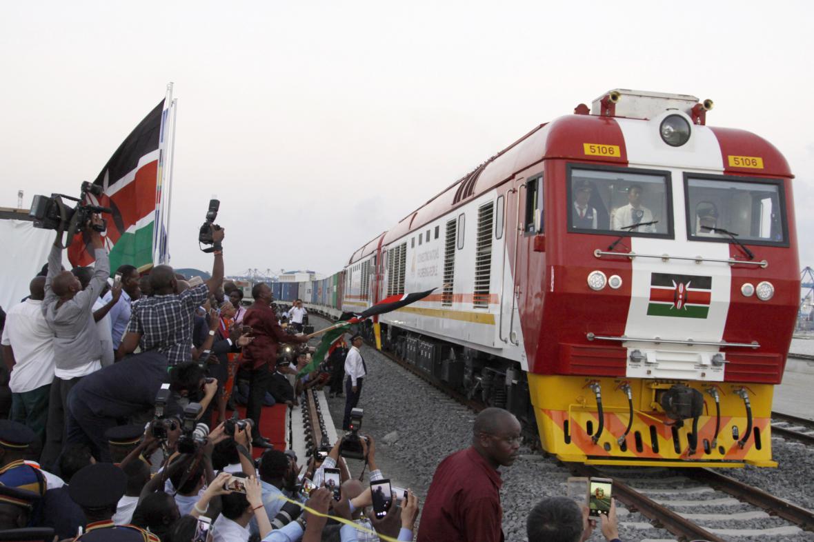Jeden ze symbolů africké modernizace: Keňa otevřela v květnu novou železnici mezi hlavním městem Nairobi a přístavem Mombasa