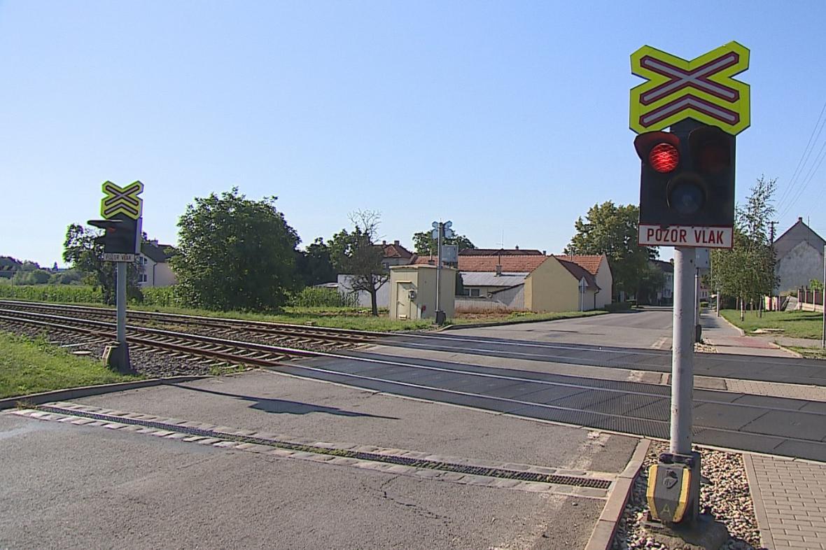 Železniční přejezd ve Vracově bez závor