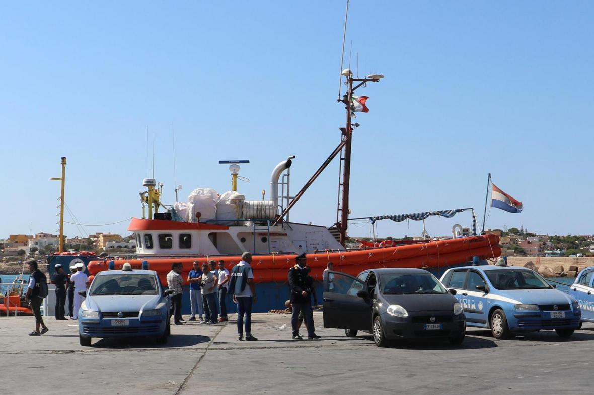 Italská policie prohledává loď Iuventa