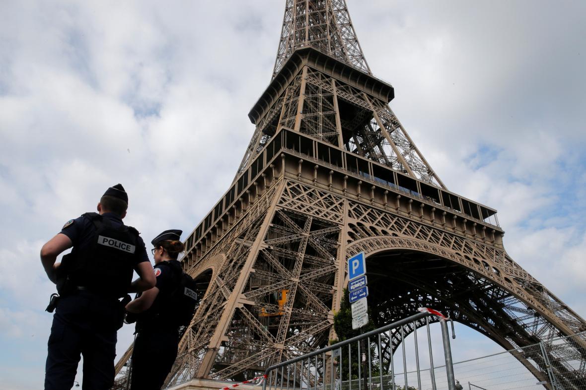 Policejní hlídky u Eiffelovy věže