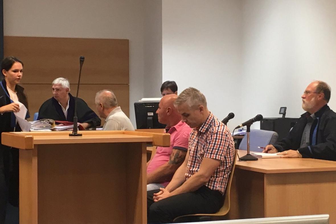 Obchodníci s metanolem u soudu
