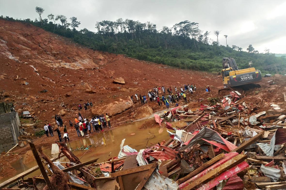 Následky sesuvu půdy ve slumech v okolí hlavního města Freetownu