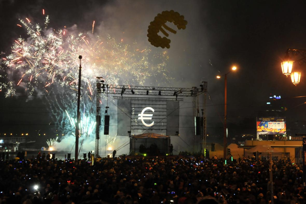 Silvestrovské oslavy v ulicích Bratislavy v noci na 1. ledna 2009 se nesly ve znamení příchodu eura.