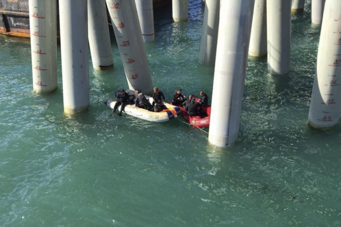 Záchranáři u mola, kde došlo k nehodě