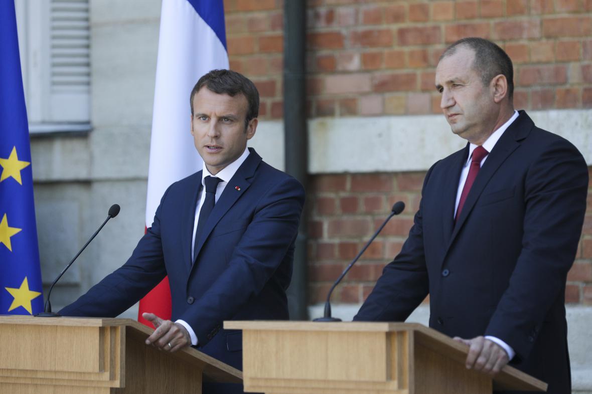 Francouzský prezident Macron s bulharským protějškem Radevem