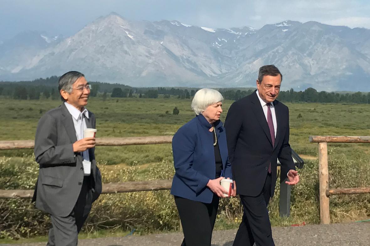 Mario Draghi (ECB), Janet Yellenová (Fed) a šéf japonské centrální banky Haruhiko Kuroda (zprava).