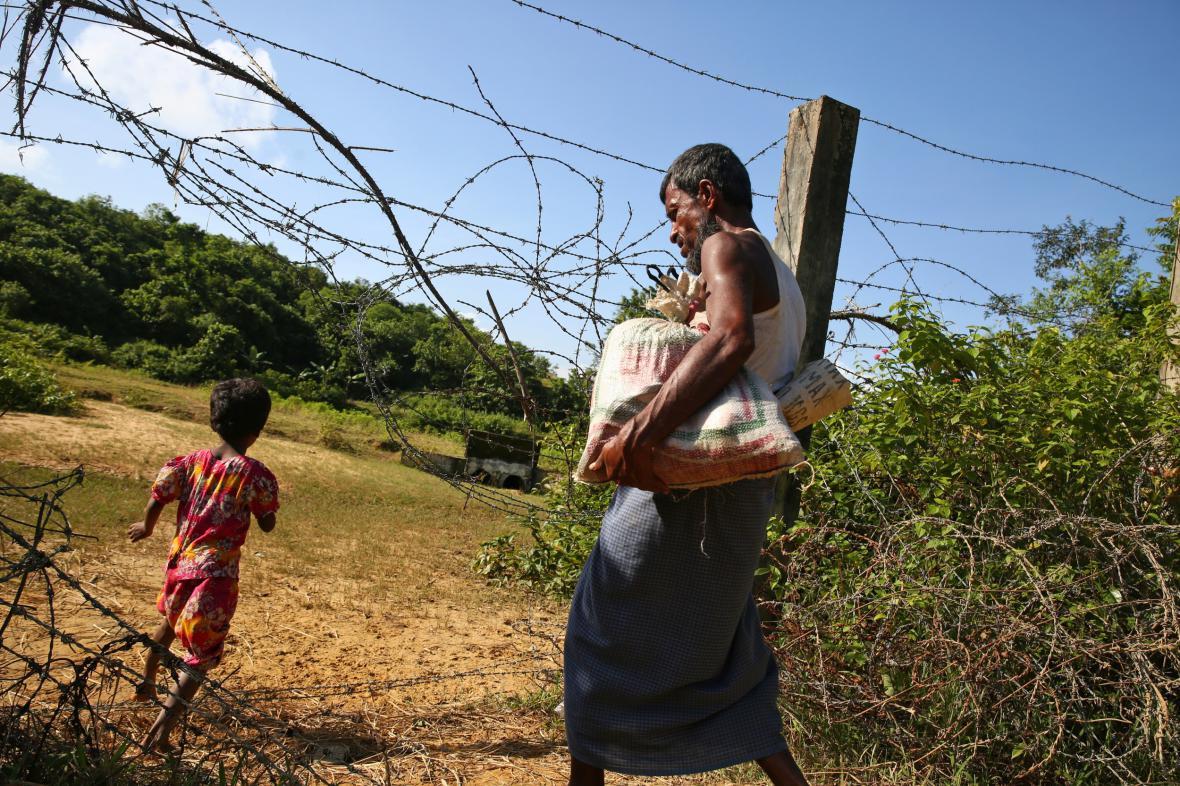 Rohingové překračují hranici do Bangladéše