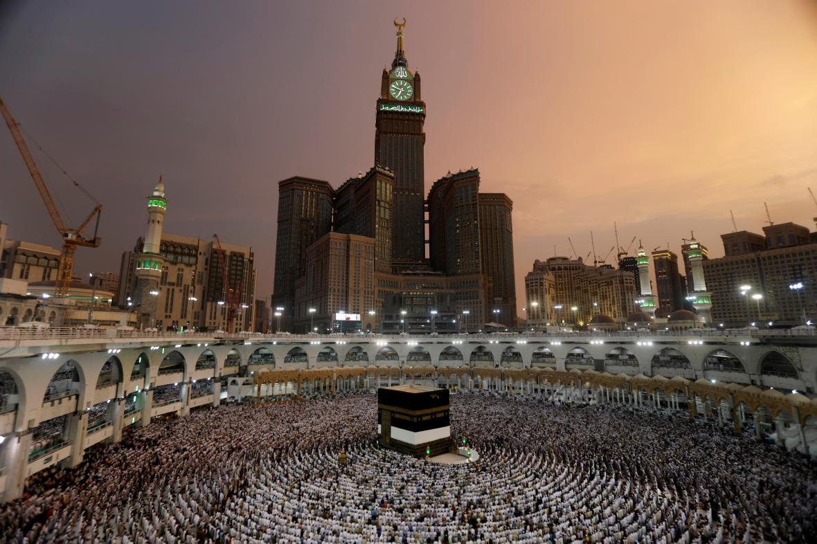 Poutníci shromážděni ve Velké mešitě
