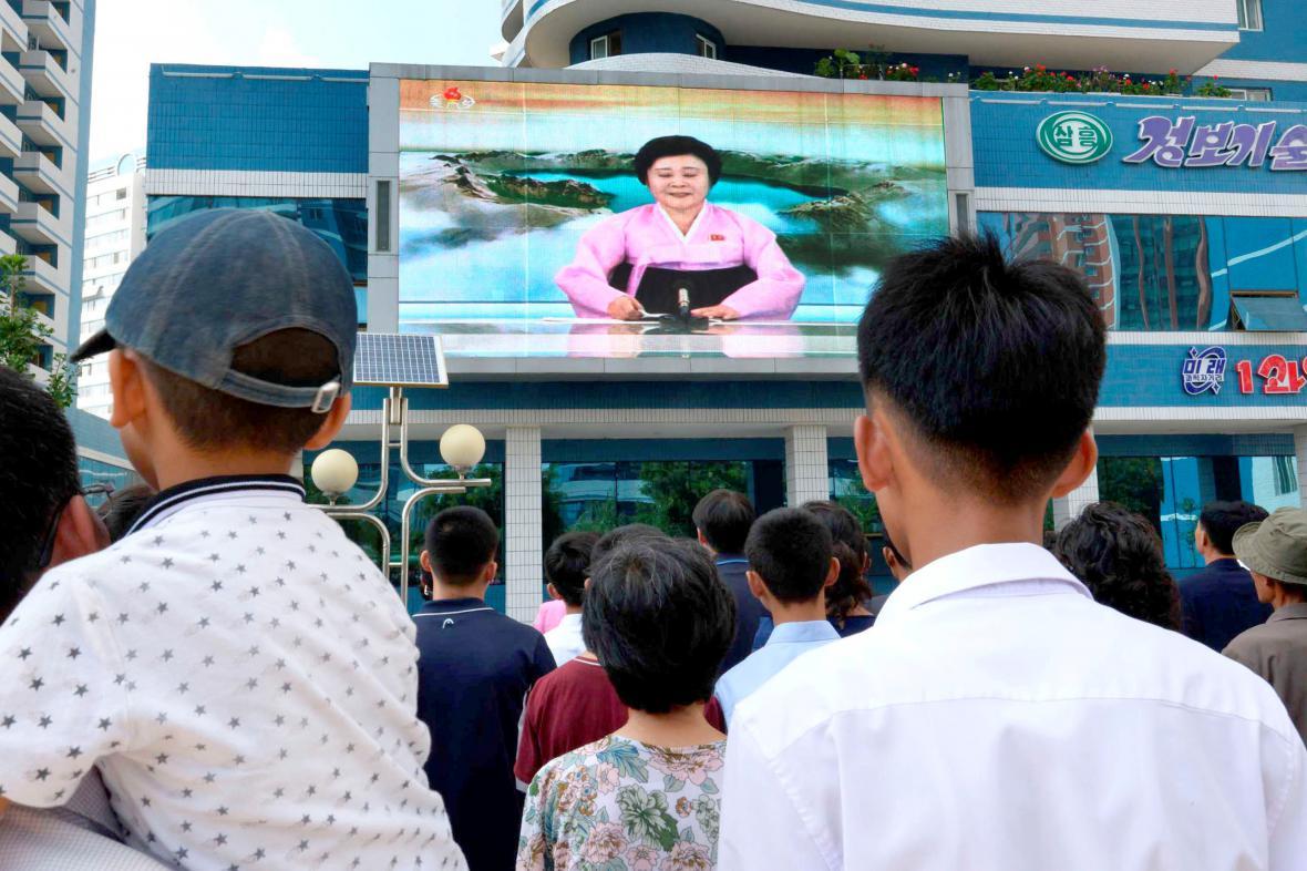 Severokorejci sledují zpravodajství, které informuje o jaderném testu