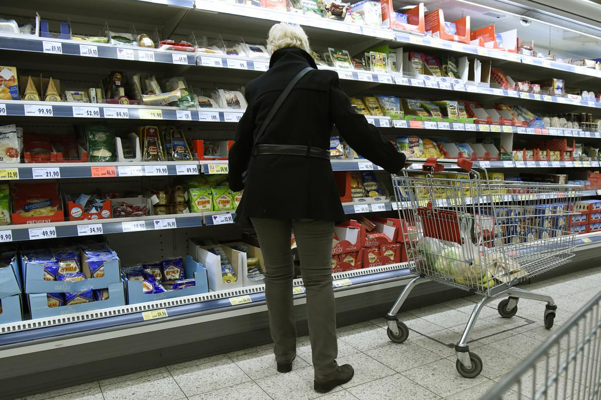 Spotřebitelka v obchodě s potravinami