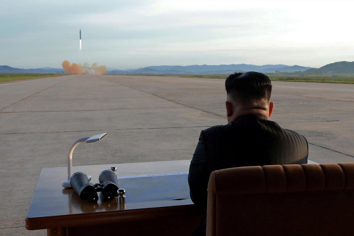 Kim Čong-un sleduje test rakety