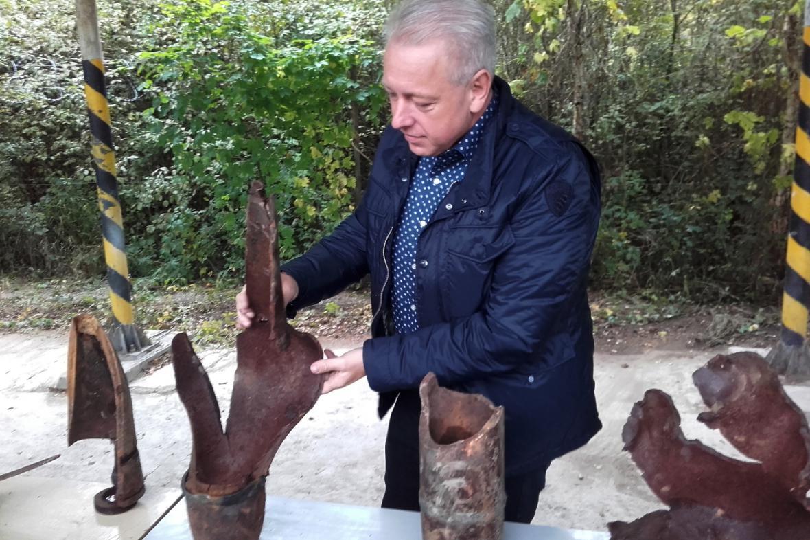 Milan Chovanec si ve Vrběticích prohlíží fragmenty munice