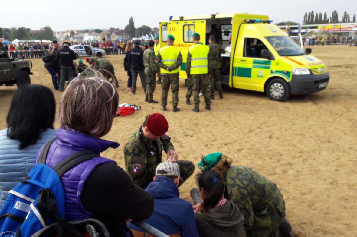 Záchranáři ošetřují zraněné na Letné