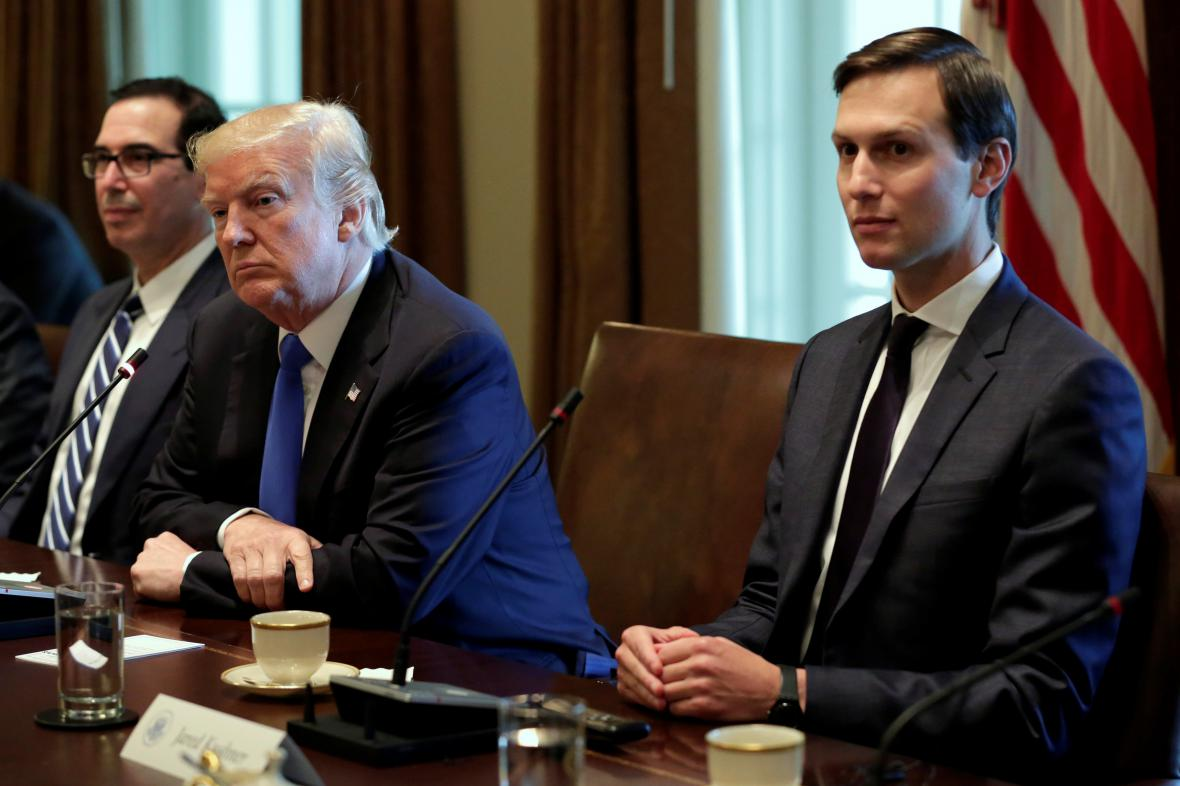 Jared Kushner (vpravo) po boku Donalda Trumpa