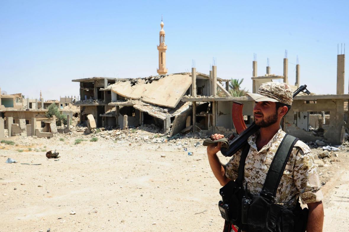 Syrský voják ve městě Suchna