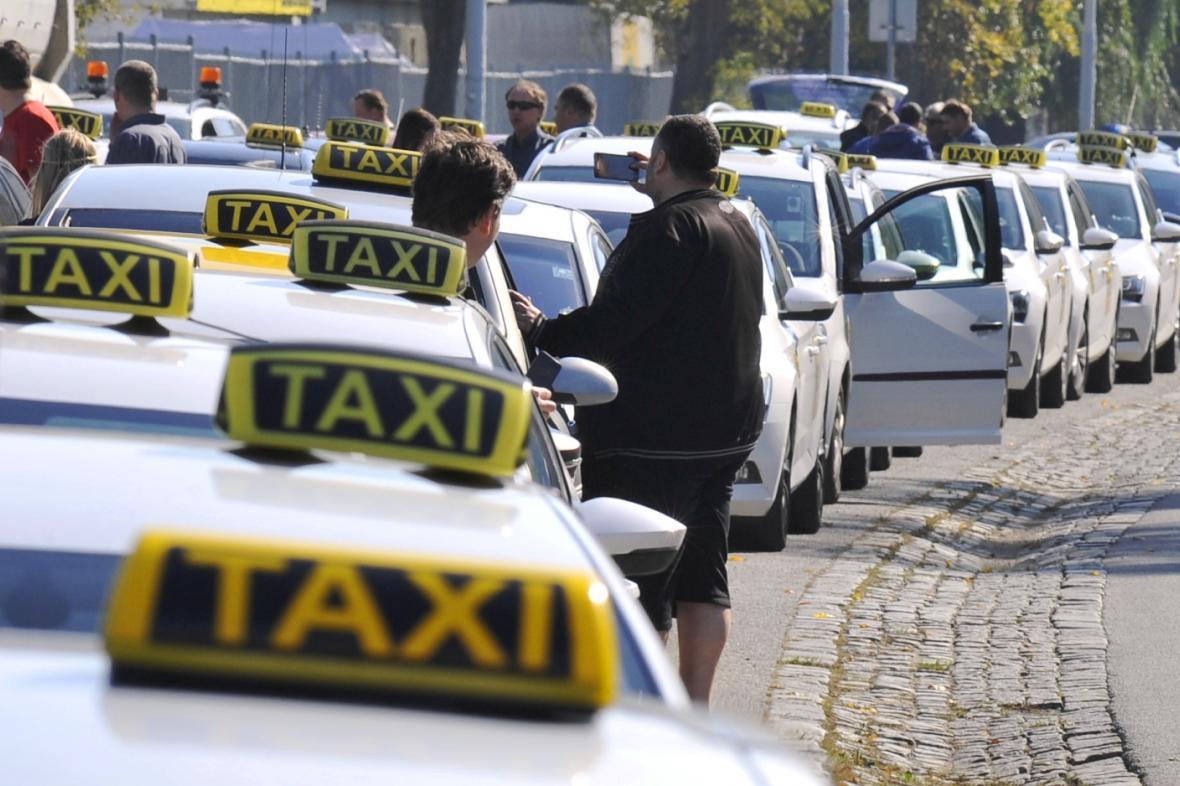 Taxikáři při protestu v Praze