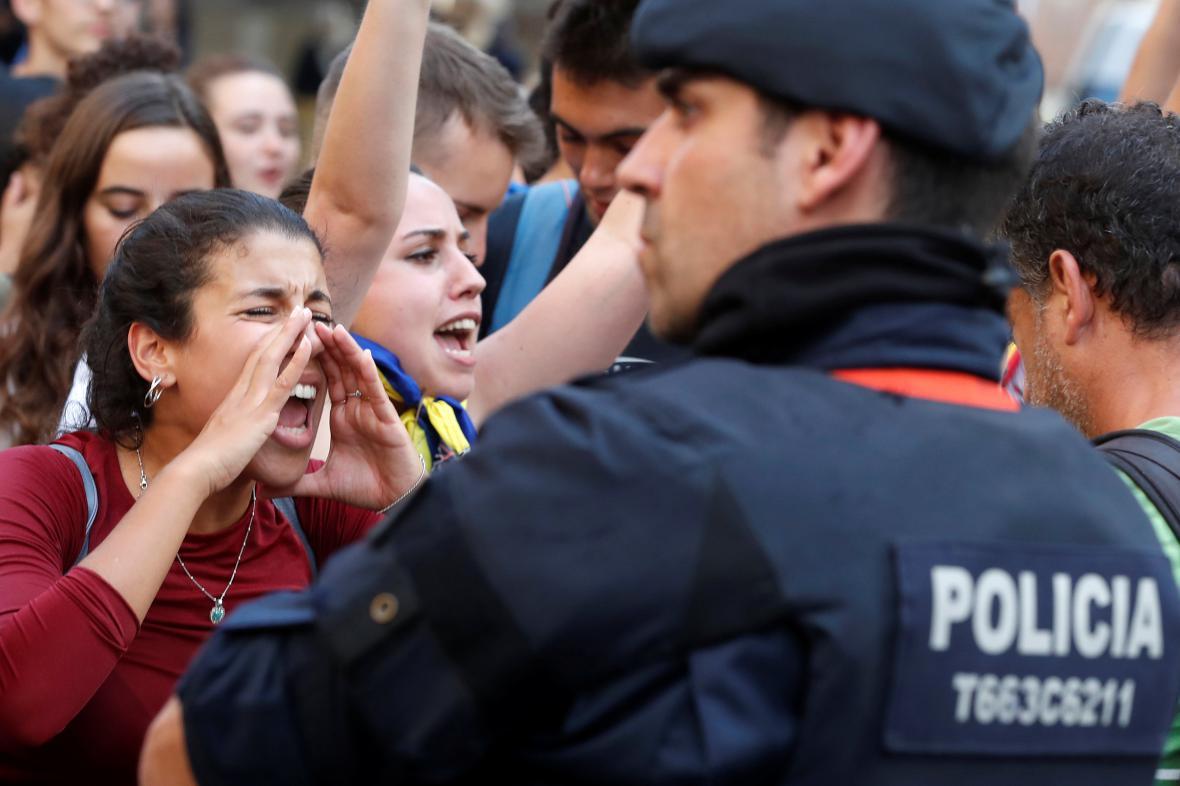 Katalánci v pondělí protestovali proti zákroku španělské policie během referenda