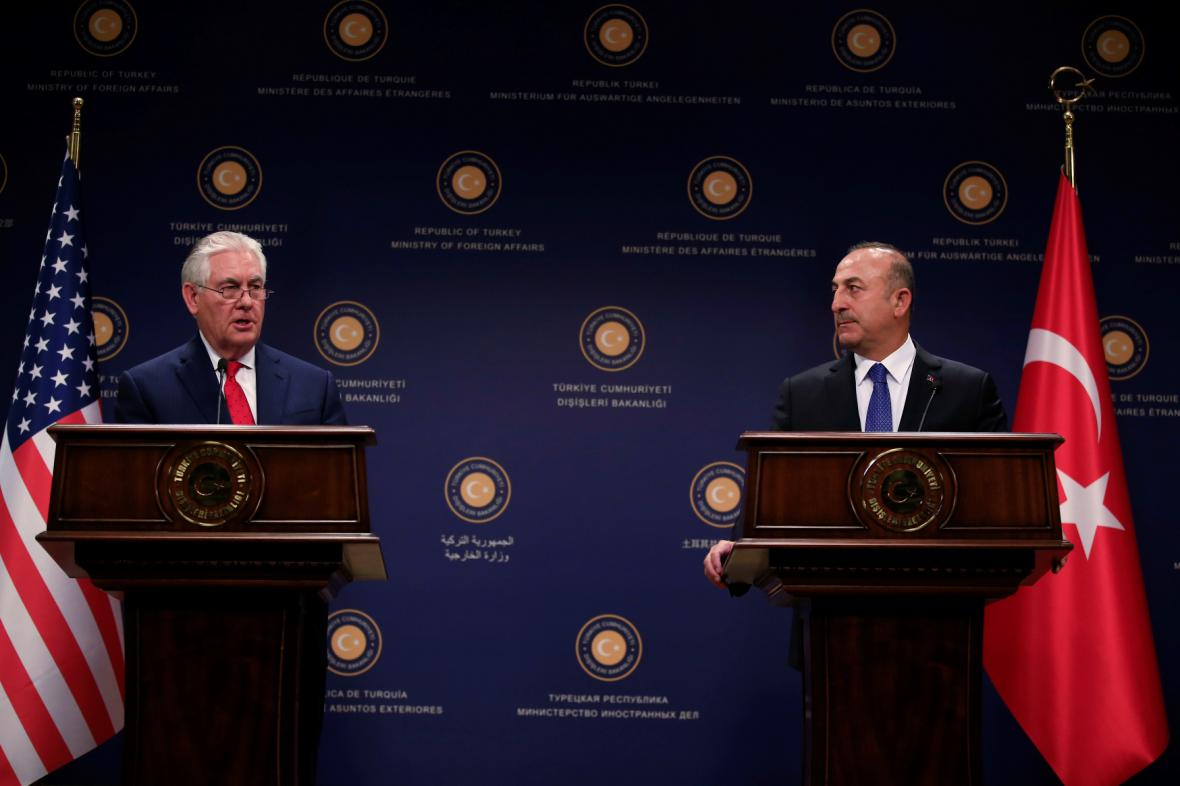 Ministři zahraničí Rex Tillerson a Mevlut Cavusoglu