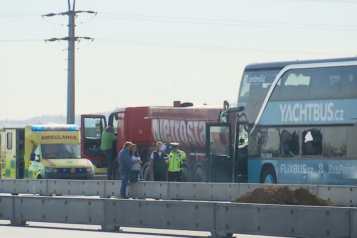 Nehoda autobusu a kamionu na D8