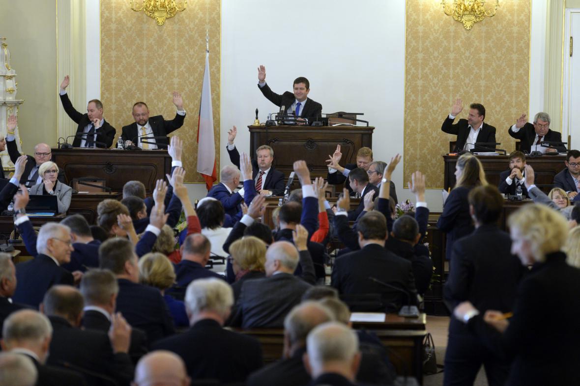 Poslanecká sněmovna na schůzi kvůli memorandu o těžbě lithia