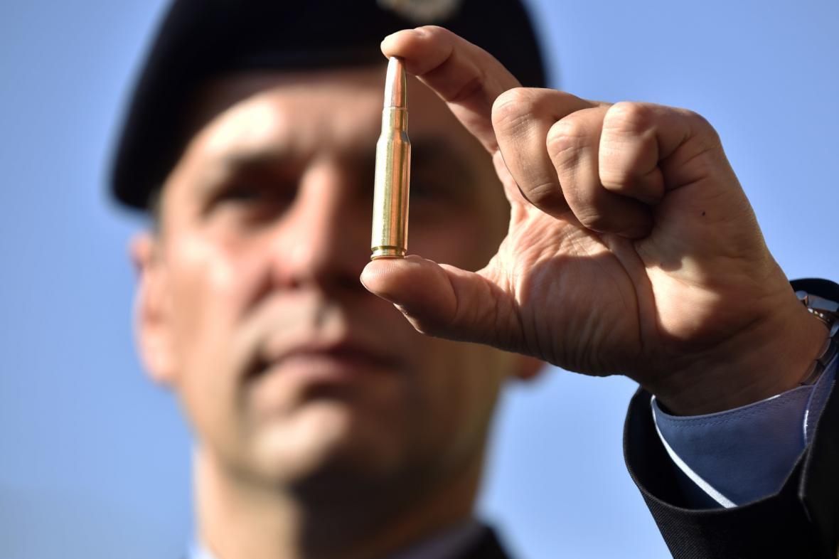 Martin Hrinko ukazuje střelivo, které budou odstřelovači při lovu používat