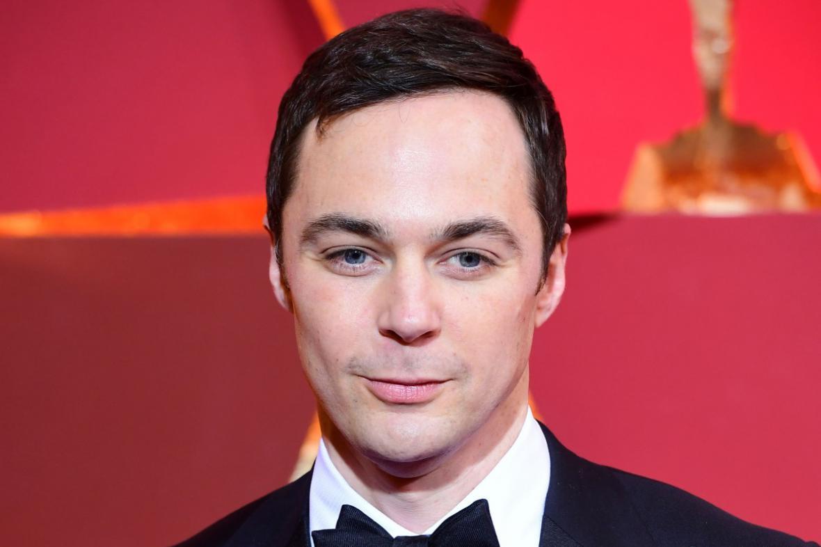 Sheldon Cooper, kterého hraje Jim Parsons, je v seriálu TBBT typický obsedantně kompulzivní poruchou
