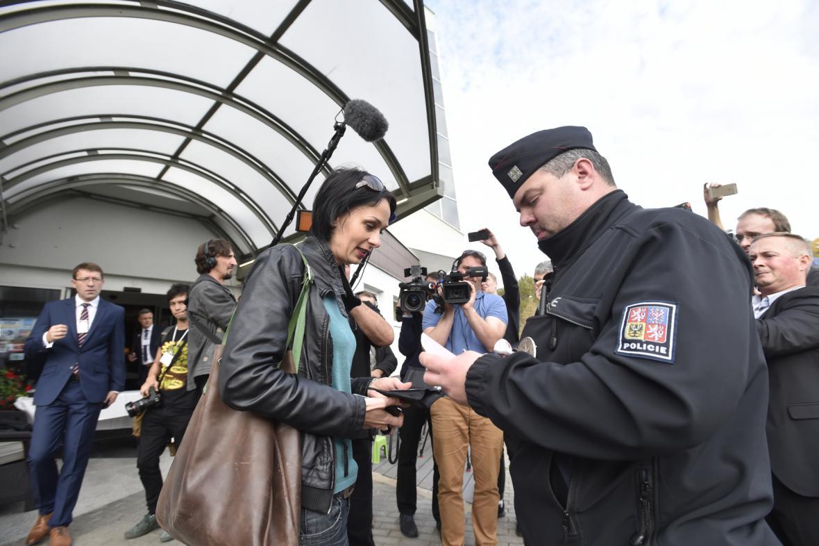 SPD nechala policii vyvést Markétu Dobiášovou z Reportérů ČT