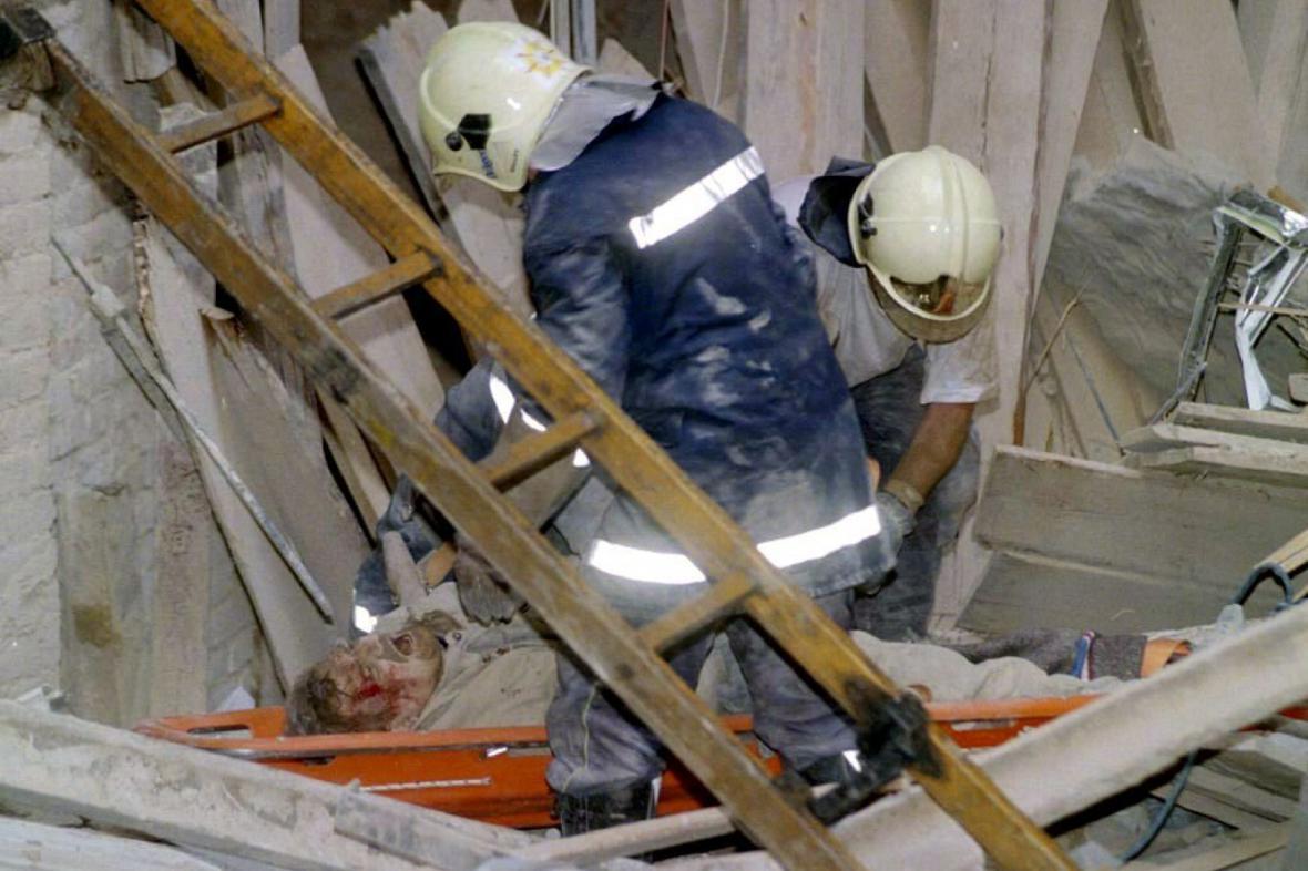 Vyprošťování zraněných z trosek domu