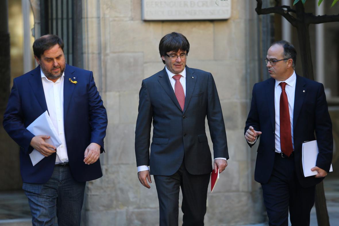 Carles Puigdemont přichází na zasedání katalánské vlády