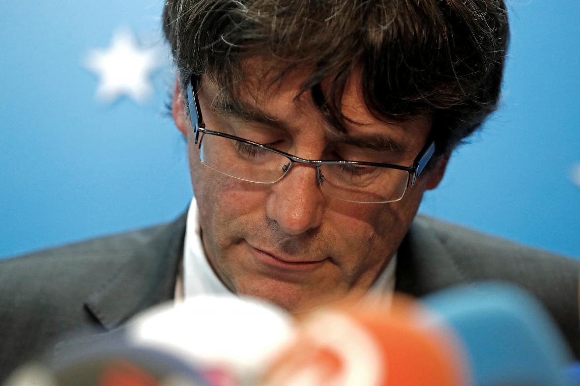 Carles Puigdemont během tiskové konference v Bruselu