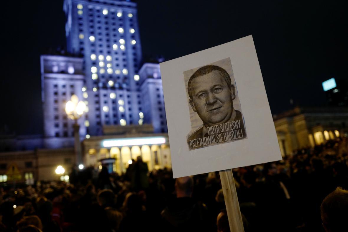 Demonstrace k uctění oběti Piotra Szczensnyho