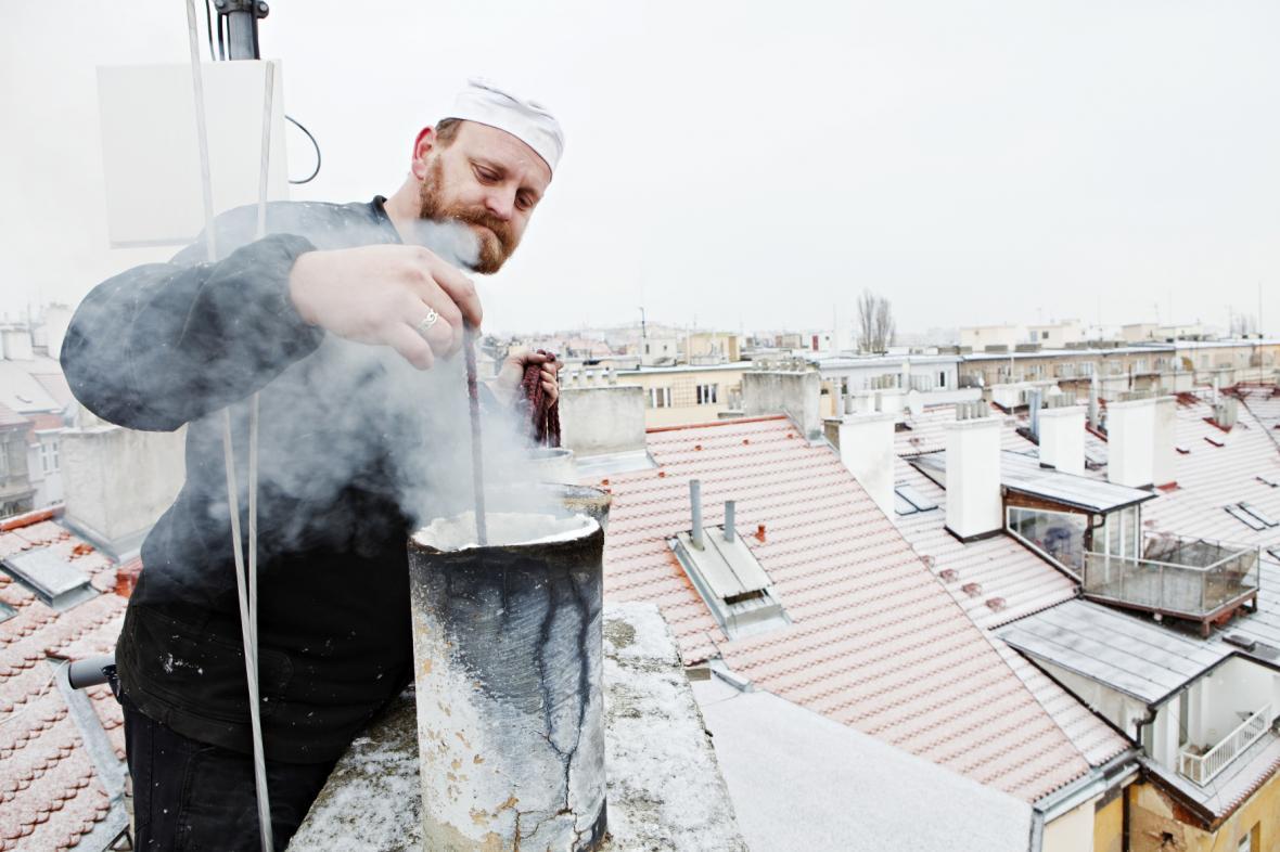 Kominík kontroluje komín