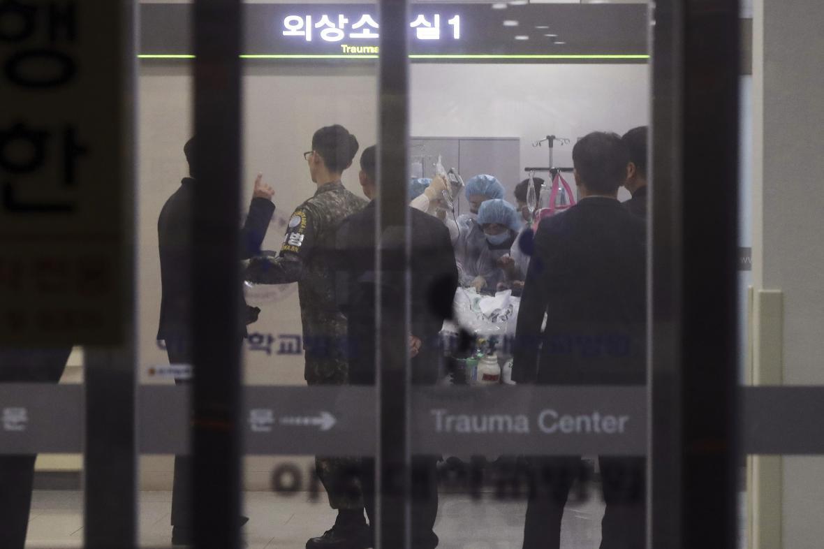 Převoz zraněného severokorejského vojáka do nemocnice v Suwonu