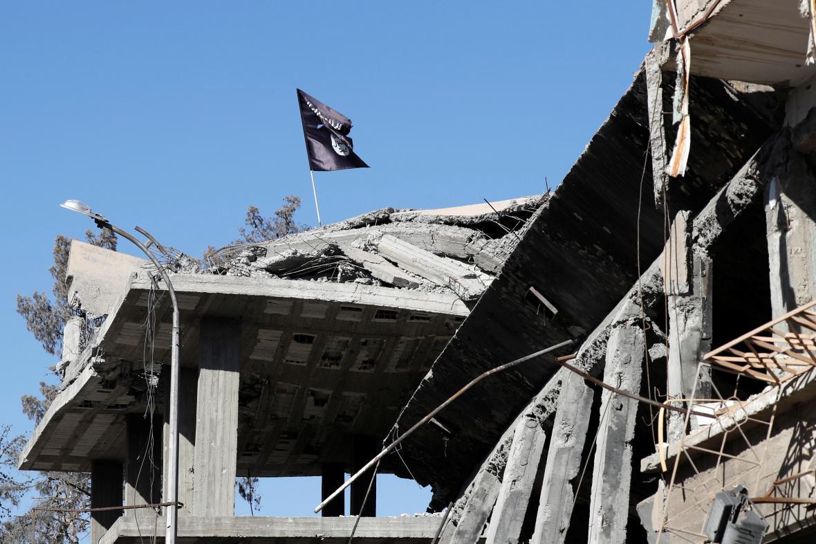 Vlajka IS na budově ve městě Rakká