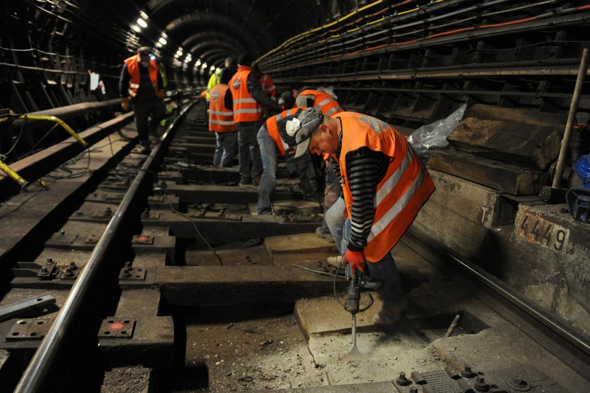 Výměna pražců v pražském metru