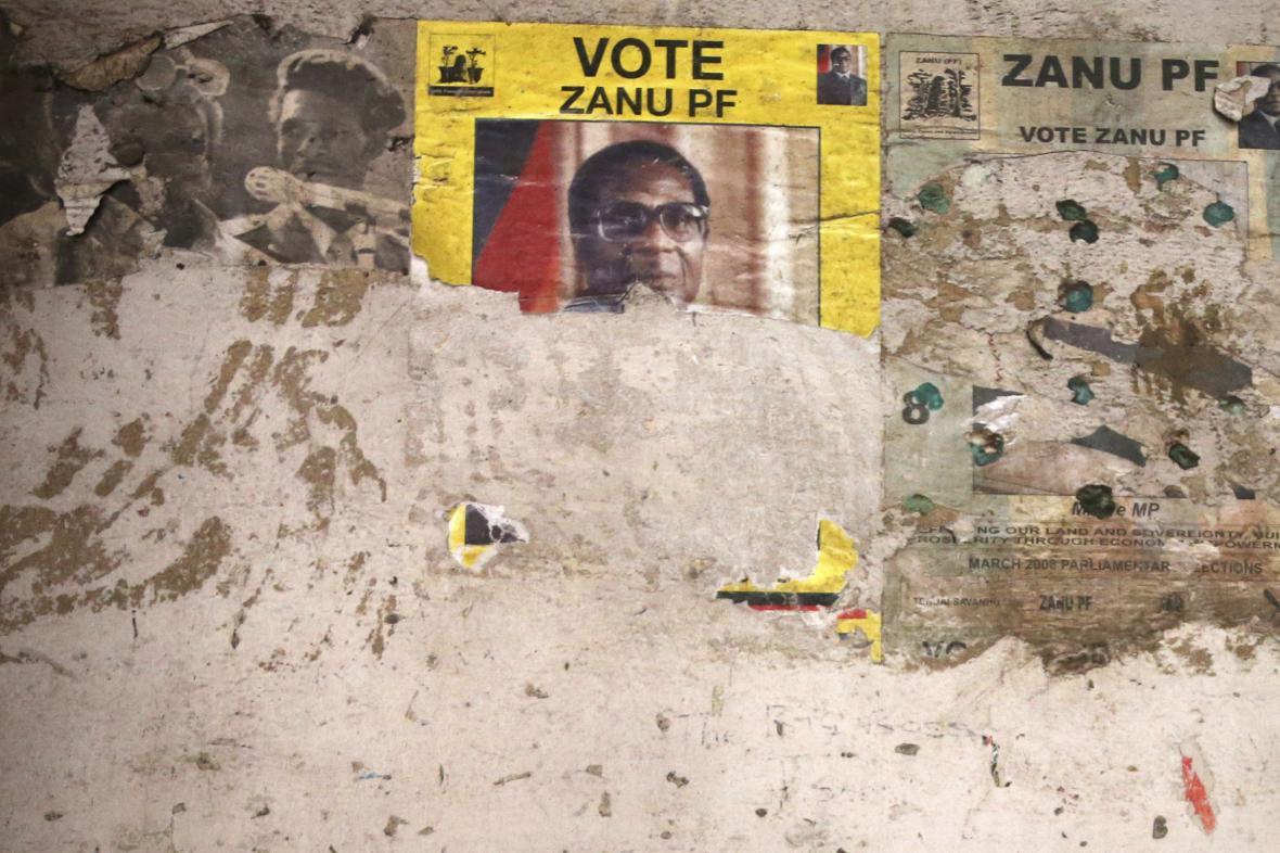 Robert Mugabe na plakátu vládní strany ZANU-PF
