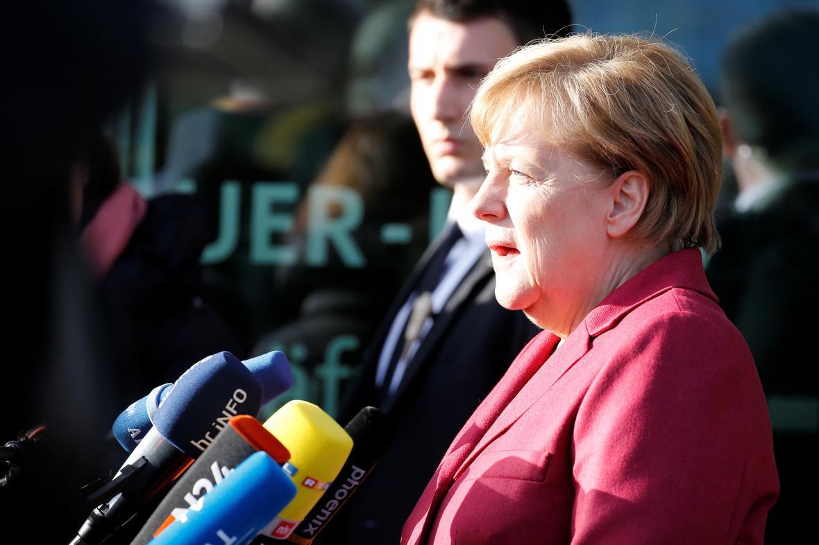 Angela Merkelová míří na další jednání o vzniku koalice