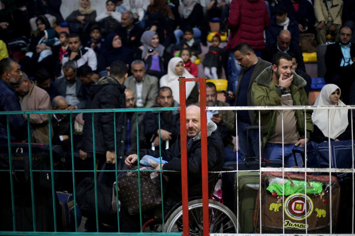 Palestinci míří přes přechod v Rafáhu do Egypta