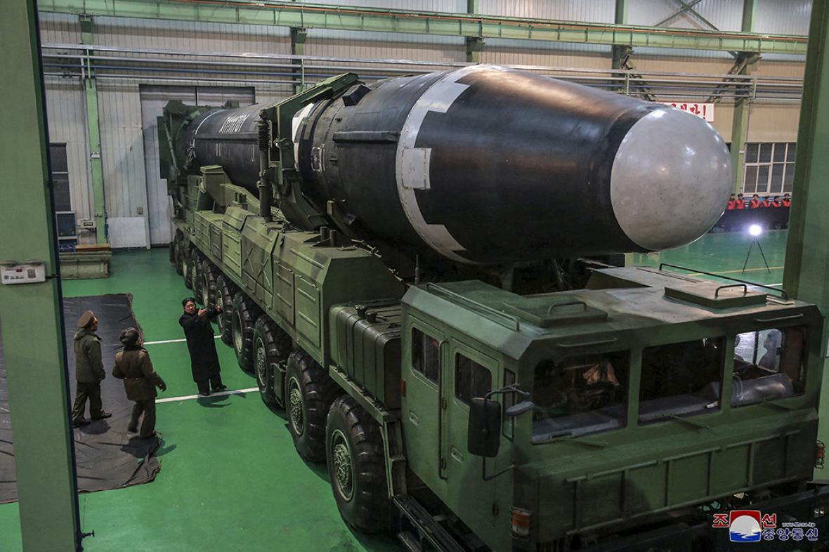 Kim Čong-un při kontrole nové balistické rakety Hwasong-15