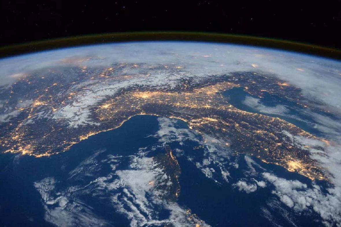 Země je na snímcích z vesmíru prokazatelně zakřivená a kulatá