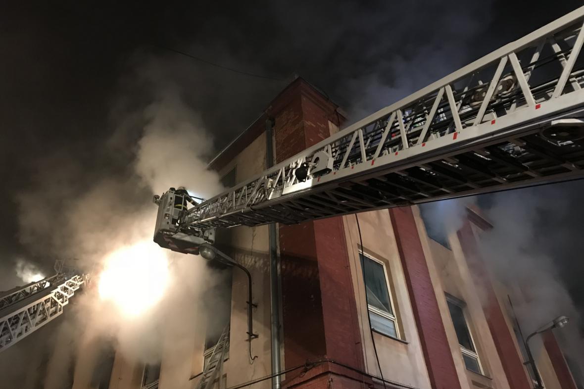 Hasiči zasahovali při požáru budovy bývalé textilky Karnola.