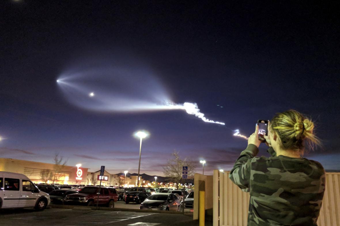 Úkaz po startu Falcon 9 byl zřetelně vidět, i když byla raketa 320 kilometrů od země