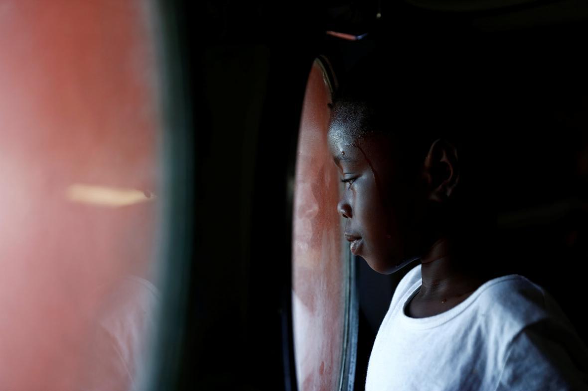 Dítě ze skupiny migrantů, kteří čekají na záchrannou loď do Itálie